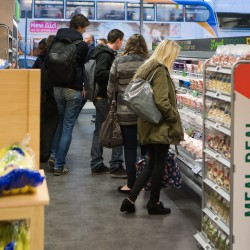 Students more likely to shop with retailers that provide cross-channel approach to discounts, study finds