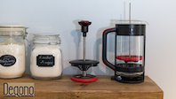 Degono cafetiere aids with coffee grounds removal